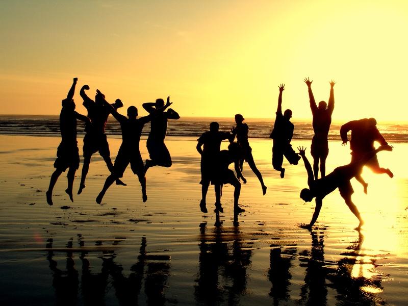 Personas saltando en playa